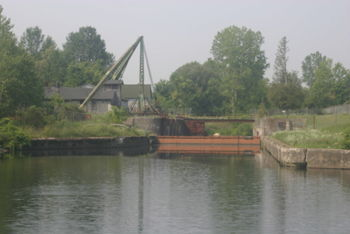 The New London Junction Lock connects the old Erie Canal and the newer canal between Rome and Lock E21.  It was converted to a dry dock and now is in disrepair.